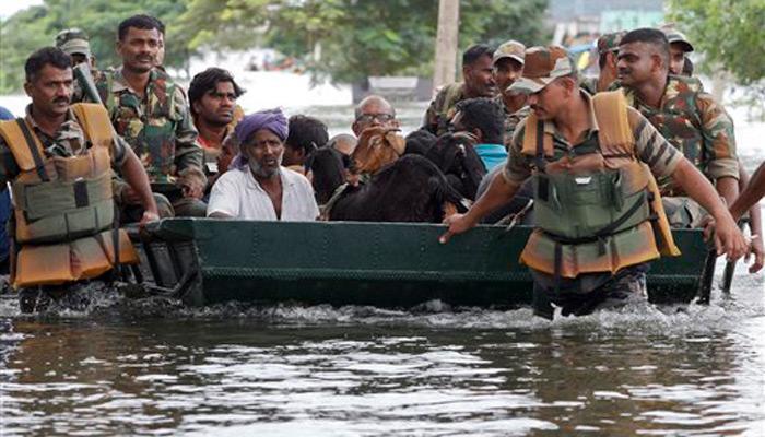 भारी बारिश से बेहाल चेन्नई, एयरपोर्ट से उड़ानें रद्द, सेना और नौसेना बुलाई गई, 188 लोगों की मौत