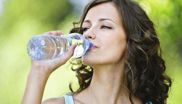 सुबह उठकर खाली पेट पानी पीने के फायदों को बताने वाला जबरदस्त VIDEO