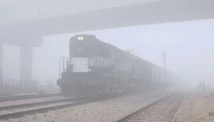 दिल्ली-एनसीआर में कड़ाके की ठंड, घने कोहरे की वजह से रेलवे ने रद्द की 164 ट्रेनें