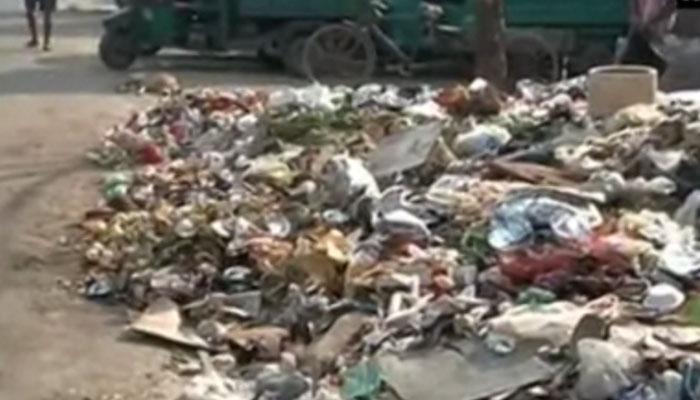 दिल्ली: MCD कर्मचारियों की हड़ताल का आज तीसरा दिन, 'कूड़ा-कूड़ा' हुई राष्ट्रीय राजधानी