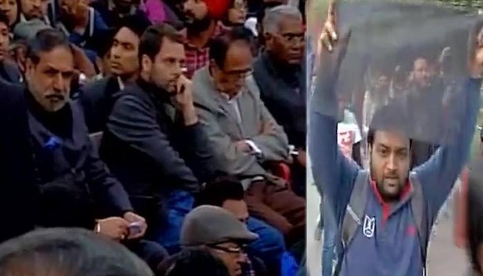 जेएनयू में छात्रों के बीच पहुंचे राहुल गांधी, काले झंडे दिखाए गए