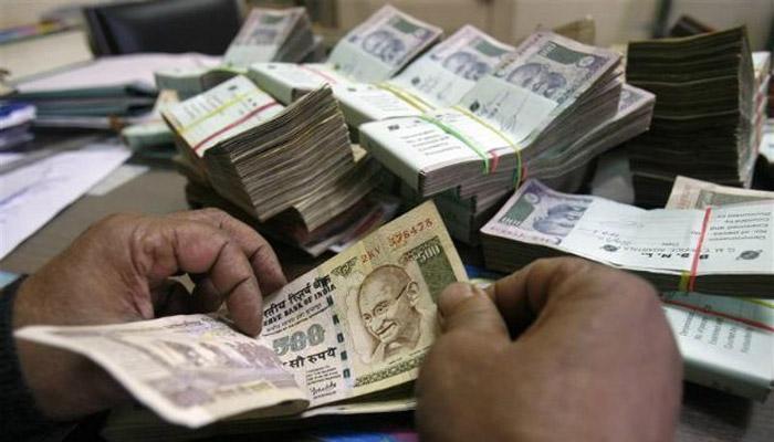 रुपये में गिरावट जारी, 30 माह के निम्न स्तर 68.47 पर आया
