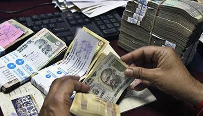 रुपया गिरकर पहुंचा 30 महीने के न्यूनतम स्तर पर