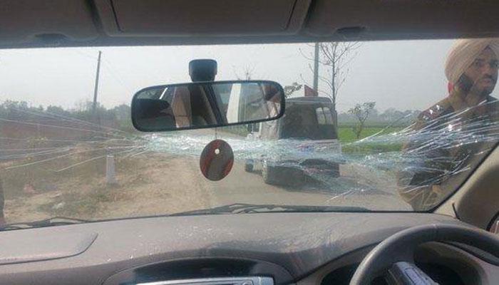 लुधियाना में केजरीवाल की कार पर लाठियों और पत्थरों से हमला