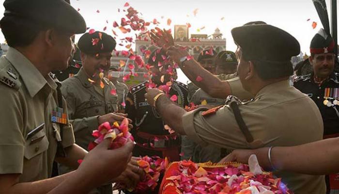 बीएसएफ, पाकिस्तान रेंजर्स ने वाघा सीमा पर खेली फूलों की होली