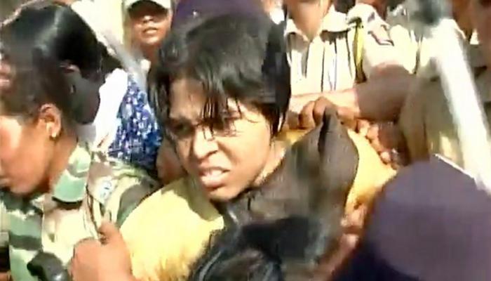 शनि शिंगणापुर मंदिर में प्रवेश करने से त़ृप्ति देसाई और उनके समर्थकों को रोका गया