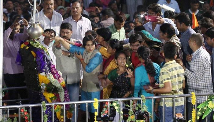 शनि शिंगणापुर मंदिर में महिला श्रद्धालुओं की लगी भारी भीड़