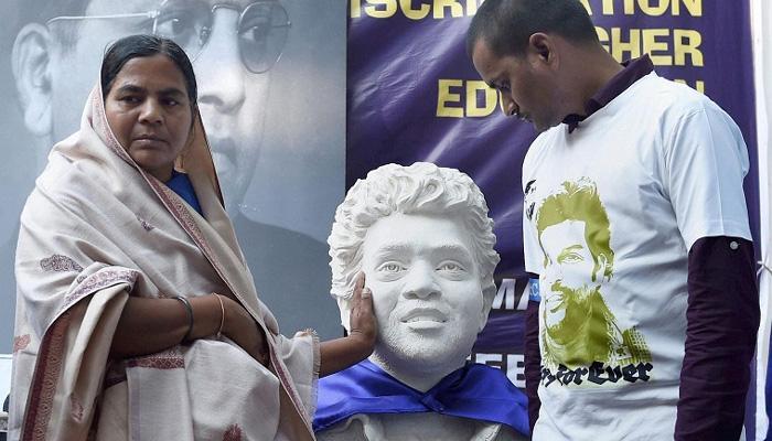 रोहित वेमुला की मां और भाई मुंबई में आज बौद्ध धर्म स्वीकार करेंगे