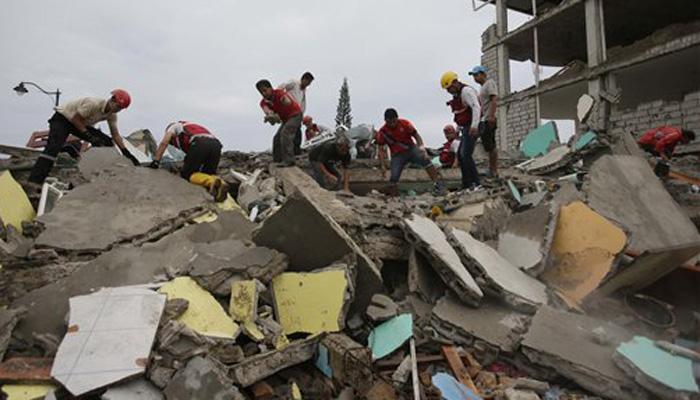 इक्वाडोर भूकंप: नंगे हाथों से मलबा खोदकर परिजनों को ढूंढ रहे हैं लोग