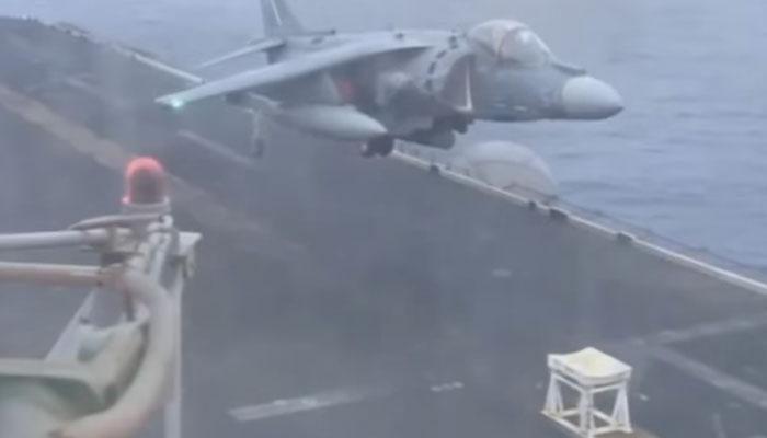 OMG: jet विमान हवा में हुआ खराब, अमेरिकी पायलट ने Stool पर कराई लैंडिंग