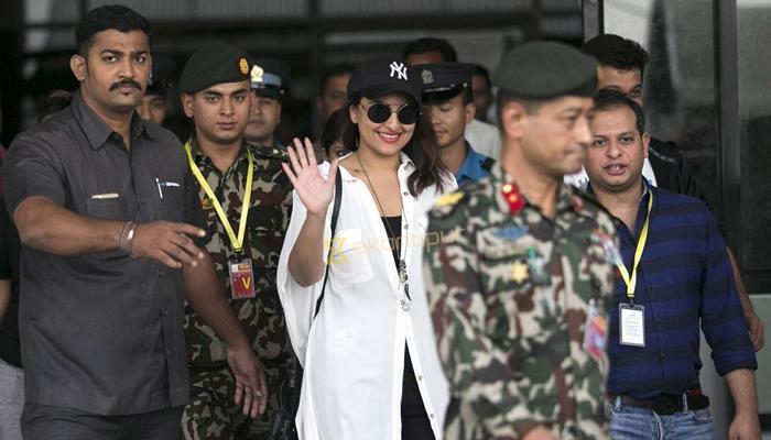 सोनाक्षी-मलाइका की यात्रा पर नेपाल में विवाद, रक्षा मंत्री ने सेना से स्पष्टीकरण मांगा