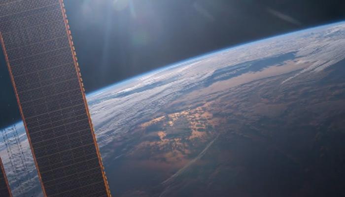 अंतरिक्ष से देखें, समंदर पर सूरज की पहली किरणों की अटखेलियों का शानदार नजारा