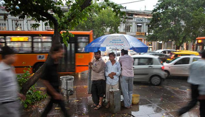 दिल्ली-NCR में सुहाना हुआ मौसम, बारिश से पारा लुढ़का, गर्मी से मिली राहत