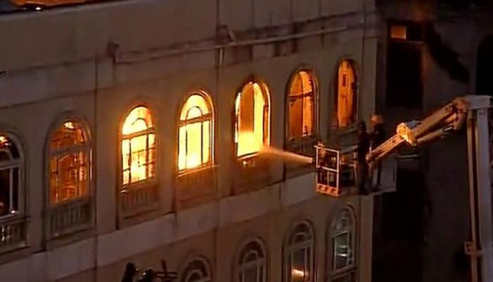 मुंबई: कोलाबा में मेट्रो हाऊस बिल्डिंग में लगी भीषण आग- देखें Video