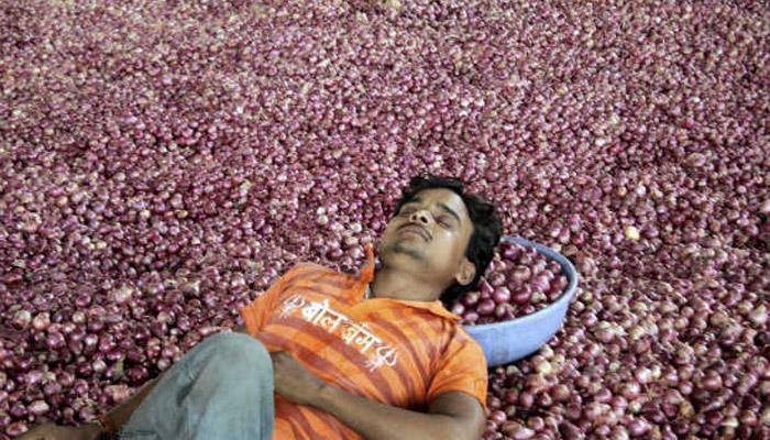 प्याज की कीमत गिरने को लेकर किसानों का विरोध प्रदर्शन
