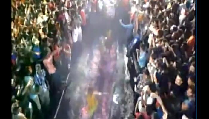 अग्निपरीक्षा के दौरान अंगारों पर गिरकर झुलसे पिता-पुत्र, देखें वीडियो