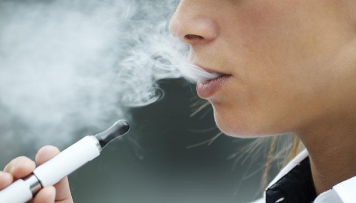 स्मोकिंग कम करने में मददगार होती है ई-सिगरेट : रिपोर्ट