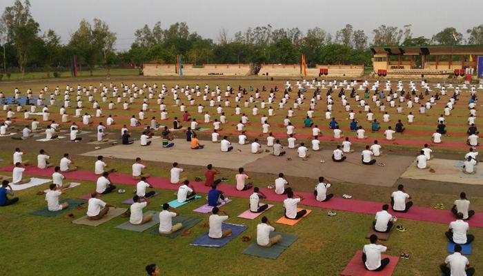 योग दिवस: कई आयोजन स्थलों पर बड़ी तादाद में योगासान करने जुटे दिल्लीवासी