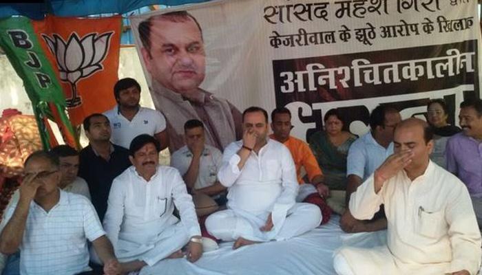 दिल्ली: सीएम केजरीवाल के घर के बाहर बीजेपी सांसद महेश गिरि का धरना जारी, योग भी किया
