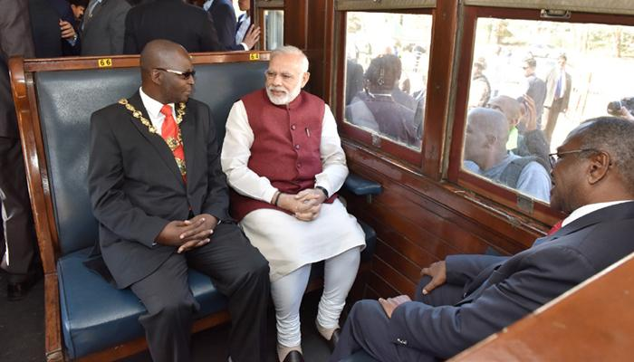 दक्षिण अफ्रीका में PM मोदी ने की ट्रेन से यात्रा, महात्मा गांधी को याद किया