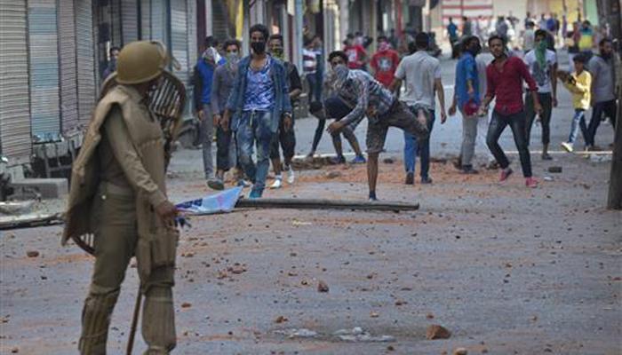 कश्मीर हिंसा : केंद्र ने कहा-प्रदर्शनों के पीछे हो सकता है पाकिस्तान, अलगाववादियों ने बंद की अवधि बढ़ाई