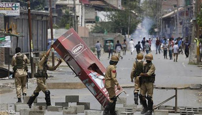 कश्मीर हिंसा: सेना और पुलिस से प्रदर्शनकारियों ने लूटे हथियार; सुरक्षा बल सतर्क, कई इलाकों में अब भी कर्फ्यू