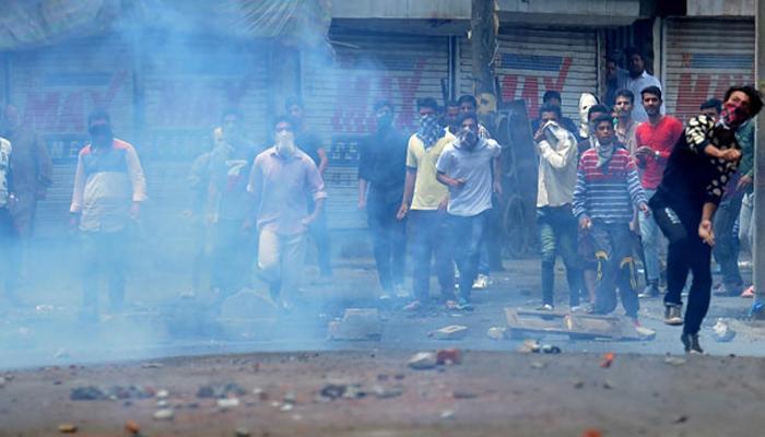 कश्मीर हिंसा में अब तक 41 की मौत, कर्फ्यू जारी, अखबार जब्त