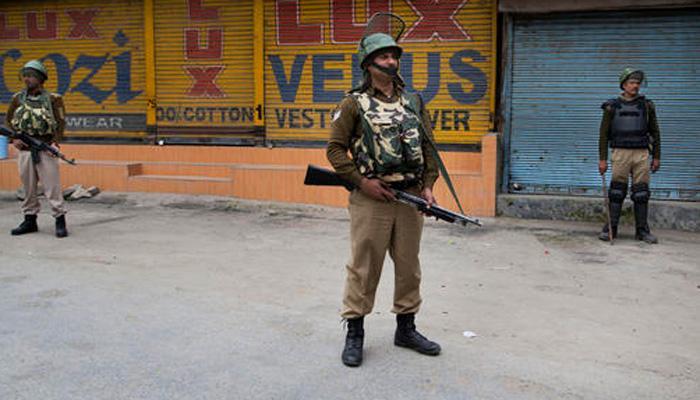 कश्मीर घाटी में कर्फ्यू जारी, सत्तारूढ़ पार्टी का विधायक घायल