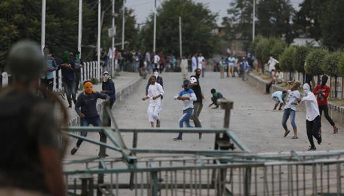 कश्मीर में ताजा झड़प में एक युवक की मौत, आज श्रीनगर पहुंचेंगे राजनाथ