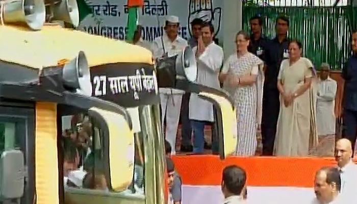कांग्रेस ने '27 साल यूपी बेहाल' बस यात्रा को रवाना कर चुनाव अभियान की शुरुआत की