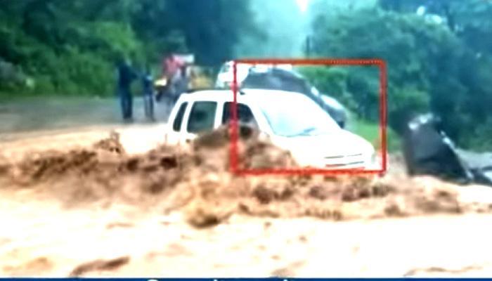 OMG! 10 सेकेंड में कार और स्कूल समा गए पानी में, देखें VIDEO
