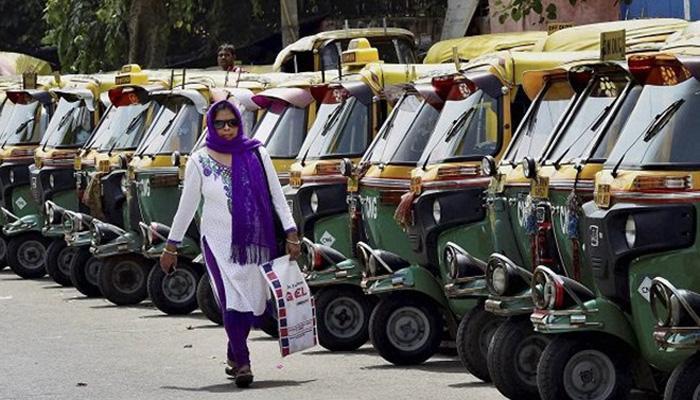 दिल्ली में ऑटो-टैक्सी की हड़ताल जारी, केजरीवाल ने नजीब जंग और बीजेपी पर हमला बोला