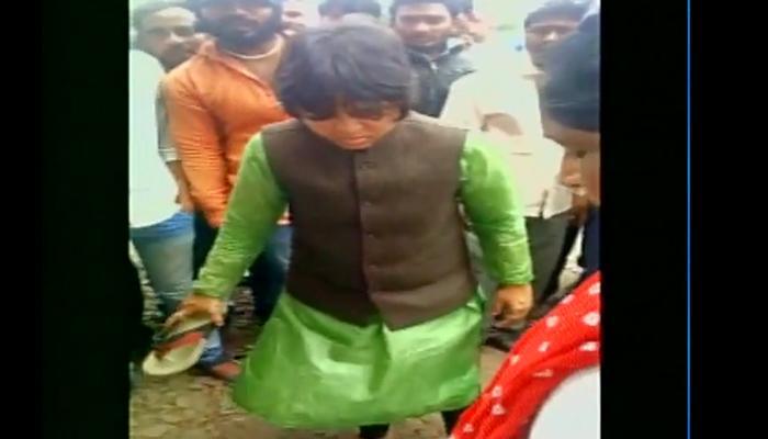तृप्ति देसाई ने महिला से रेप करने के आरोपी को चप्पल से पीटा, वीडियो हुआ वायरल