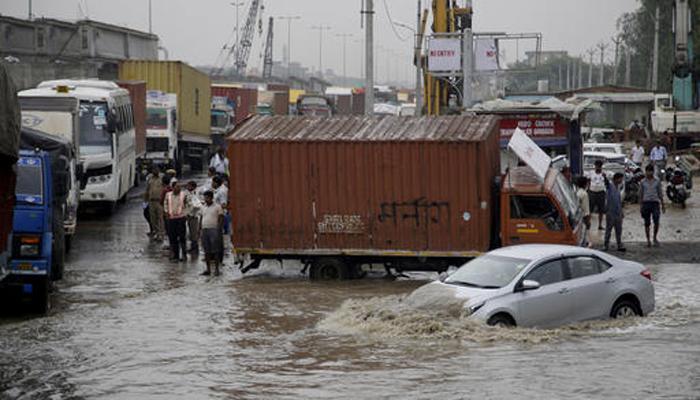 मूसलाधार बारिश से गुड़गांव-बेंगलुरु में जनजीवन प्रभावित, घंटों जाम में फंसे रहे लोग