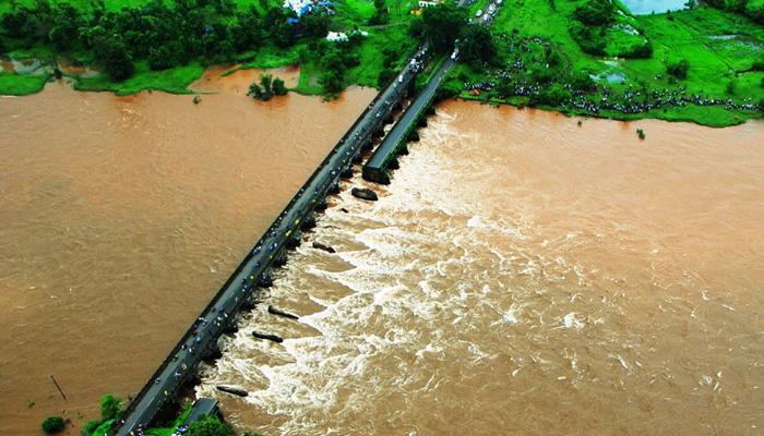महाराष्ट्र: रायगढ़ पुल हादसे में सर्च ऑपरेशन जारी, 22 लोगों की खोजबीन के लिए 300 किलो का चुंबक नदी में डाला