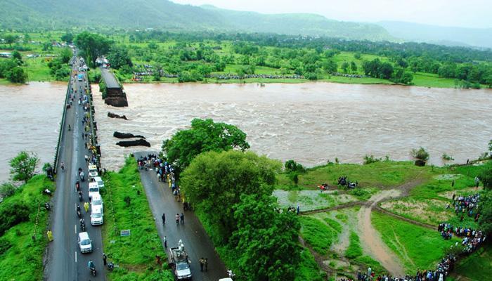 महाराष्ट्र: महाड़ पुल हादसा, 14 शव बरामद, 42 अब भी लापता