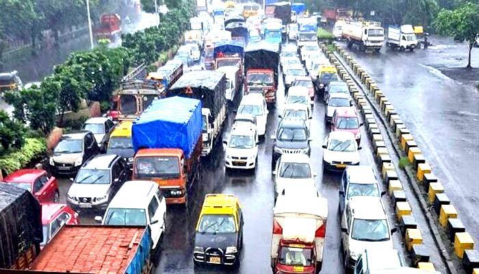 लगातार हो रही बारिश से मुंबई हुई पानी पानी, जनजीवन अस्त-व्यस्त, लोकल ट्रेनें और फ्लाइट हो रही हैं लेट