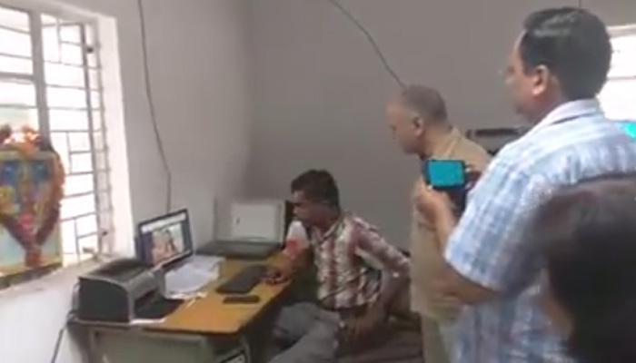 अस्पताल में रामायण सीरियल देखते हुए कर्चमारी को सिसौदिया ने रंगे हाथ पकड़ा, VIDEO में देखें आगे क्या हुआ?