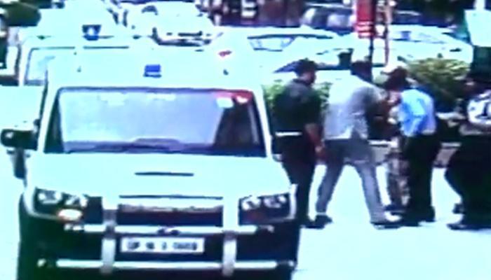 केंद्रीय मंत्री महेश शर्मा के सुरक्षाकर्मी की दबंगई; गार्ड को पीटा, मंत्री ने मांगी माफी