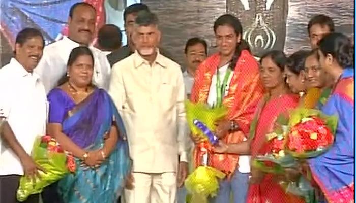विजयवाड़ा में रजत पदक विजेता पीवी सिंधु का भव्य स्वागत, आंध्र सरकार ने किया सम्मानित