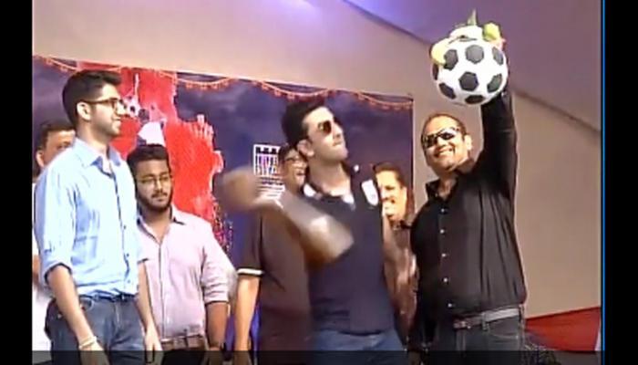अभिनेता रणबीर कपूर ने मुंबई में दही हांडी कार्यक्रम में मटकी को फोड़ा- देखें वीडियो