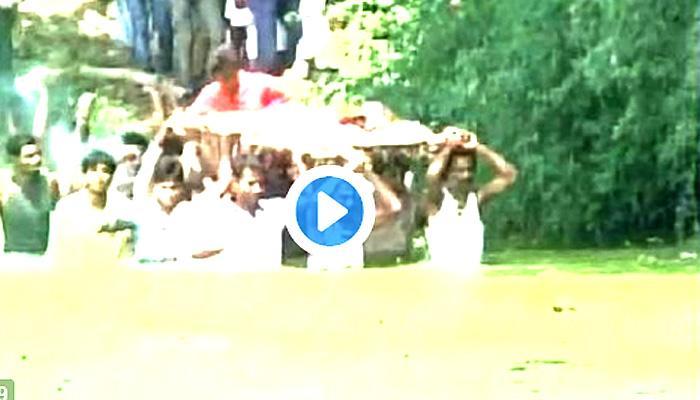 देखें VIDEO दबंगों ने रोका शमशान का रास्ता तो तालाब से होकर निकालनी पड़ी शवयात्रा!