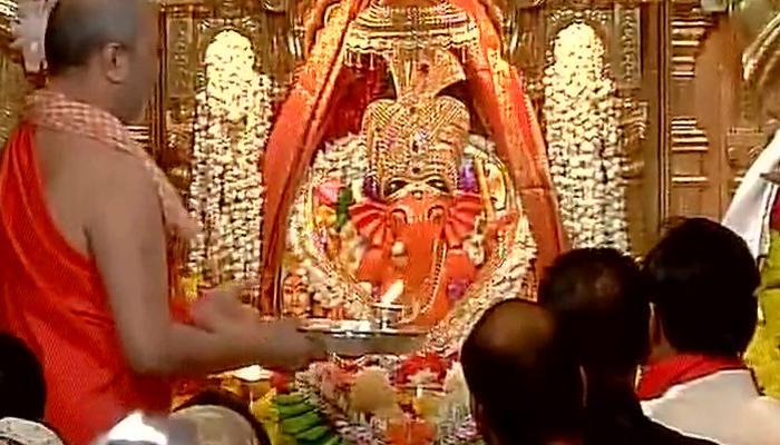 गणेश चतुर्थी: मुंबई के सिद्धिविनायक मंदिर में हुई आरती, सैकड़ों भक्त पहुंचे- देखें वीडियो