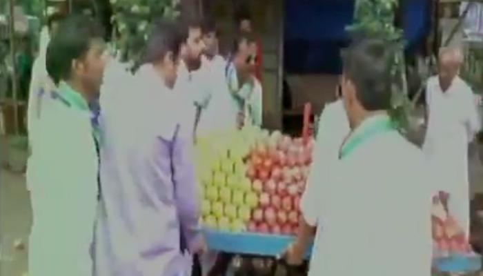 मुंबई में MNS कार्यकर्ताओं की गुंडागर्दी, रेहड़ी वालों के साथ की मारपीट, पलट दिया ठेला- देखें वीडियो