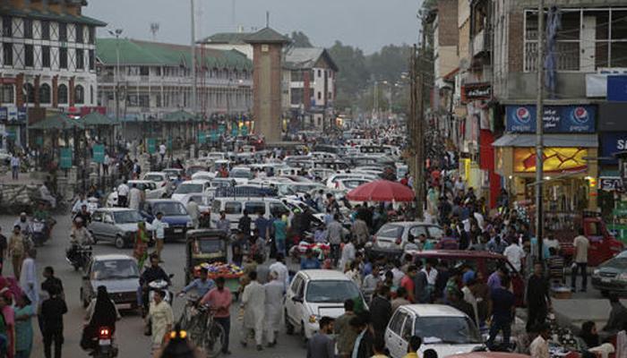 कश्मीर के सभी भागों से कर्फ्यू हटाया गया, दुकानों पर उमड़े ग्राहक