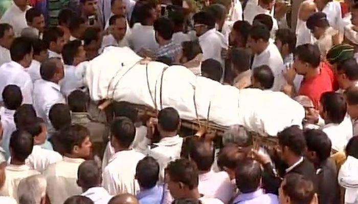 हरियाणा के भिवानी में पूर्व सैनिक रामकिशन का अंतिम संस्कार किया गया, राहुल और केजरीवाल भी हुए शामिल