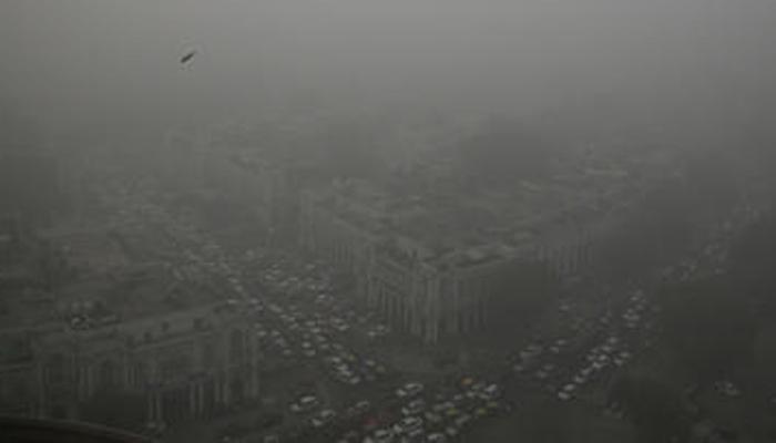 दिल्ली बनी 'गैस चैंबर'; दिन भर छायी रही धुंध, केजरीवाल बोले-केंद्र को दखल देने की जरूरत