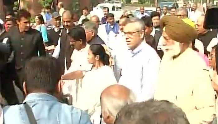 नोटबंदी: ममता बनर्जी ने कई दलों के नेताओं के साथ राष्ट्रपति भवन तक निकाला मार्च