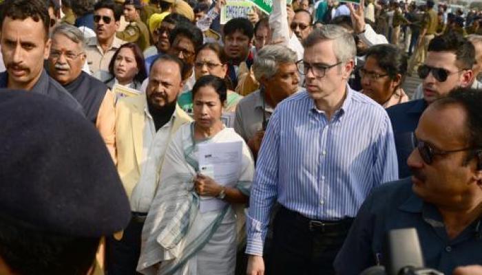 नोटबंदी के खिलाफ विरोध मार्च में शिवसेना ने दिया ममता का साथ, राष्ट्रपति को सौंपा ज्ञापन