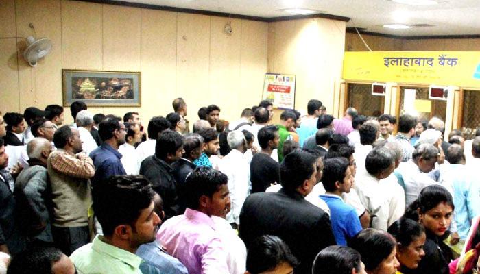 तीन दिन की छुट्टी के बाद बैंकों को भारी भीड़ का अंदेशा